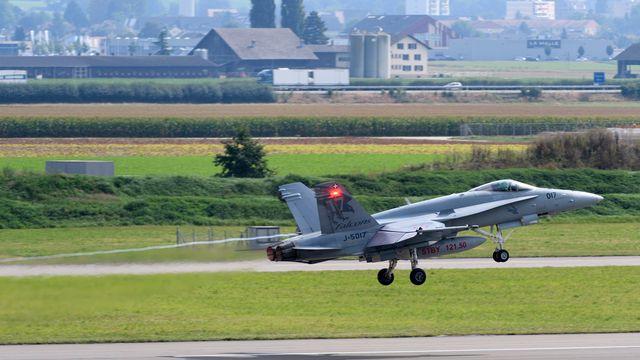 Un avion F/A-18 de l'armée suisse décolle sur l'aérodrome de la base militaire aérienne de Payerne. [Laurent Gillieron - Keystone]