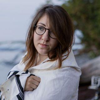 """Deborah Feldman enrobée dans un """"talith"""", châle réservé aux hommes dans le mouvement hassidique. [Mons Veneris films]"""