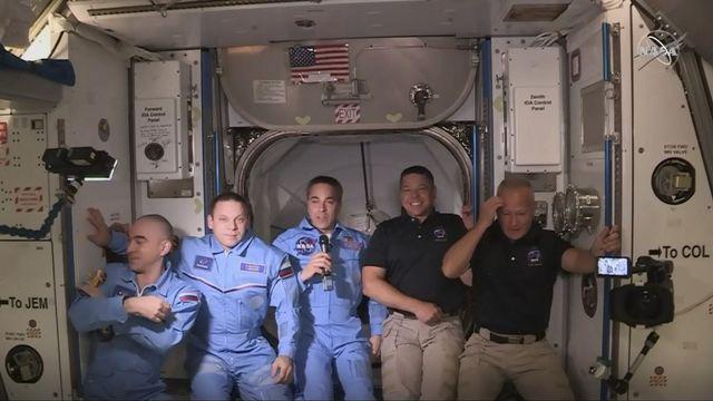 Les deux astronautes Américains arrivés avec une fusée américaine de SpaceX (à droite, en noir) ont été accueillis par les trois astronautes déjà sur place, deux Russes et un Américain. [NASA - AFP]