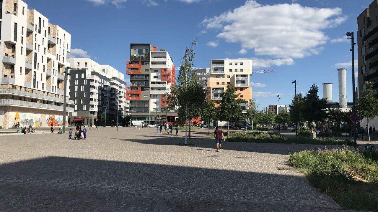 Dans le quartier des Docks à Saint-Ouen, les riverains se mobilisent contre les rodéos urbains à moto. [Alexandre Habay - RTS]