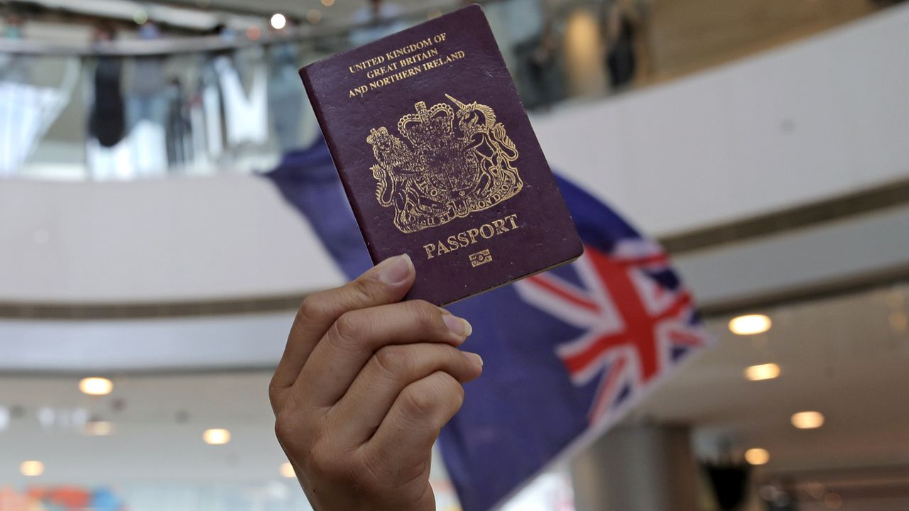 Boris Johnson pourrait proposer à des millions d'habitants de Hong Kong des passeports. [Kin Cheung - AP Photo]