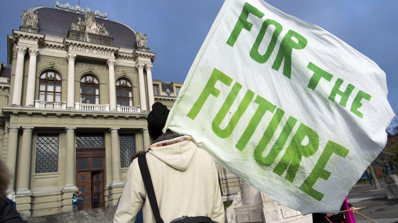 Des membres de la Grève du climat Vaud manifestent devant le Palais de Justice de Montbenon, à Lausanne, en décembre 2019. [Laurent Gilliéron - Keystone]