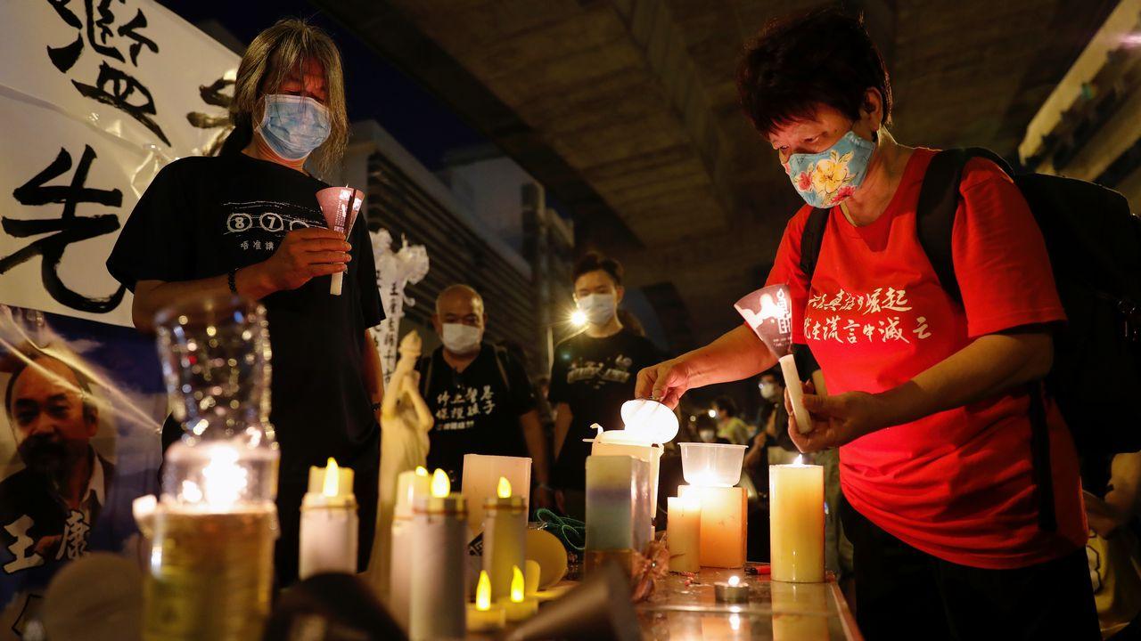 Faute de défilé, des habitants de Hong Kong préparent une veillée aux chandelles pour commémorer le 31ème anniversaire du massacre de la place Tian'anmen [Tyrone Siu - Reuters]