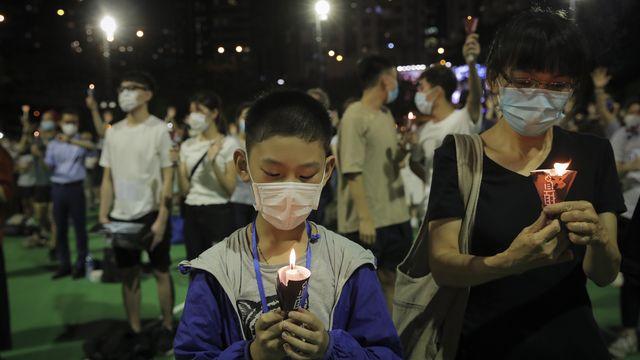 Des manifestants ont allumé des bougies en l'honneur des victimes du massacre de la place Tiananmen en 1989. Parc Victoria, Hong Kong, le 4 juin 2020. [Kin Cheung - Keystone/AP photo]