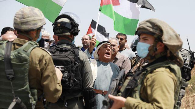 Des manifestants palestiniens face à des soldats israéliens, près du checkpoint militaire de Jabara, à Tulkarem, dans le nord de la Cisjordanie, le 5 juin 2020. [ Issam Rimawi - AFP/Anadolu Agency]
