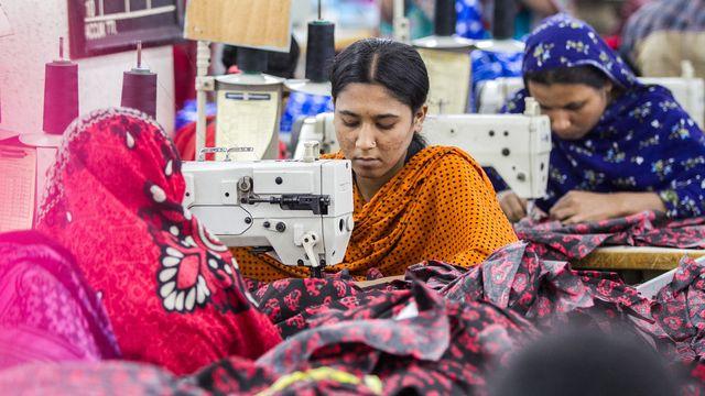 Des travailleuses bangladaises travaillent dans une usine de confection à Savar, dans la banlieue de Dacca (Bangladesh). [Mehedi Hasan / NurPhoto - AFP]