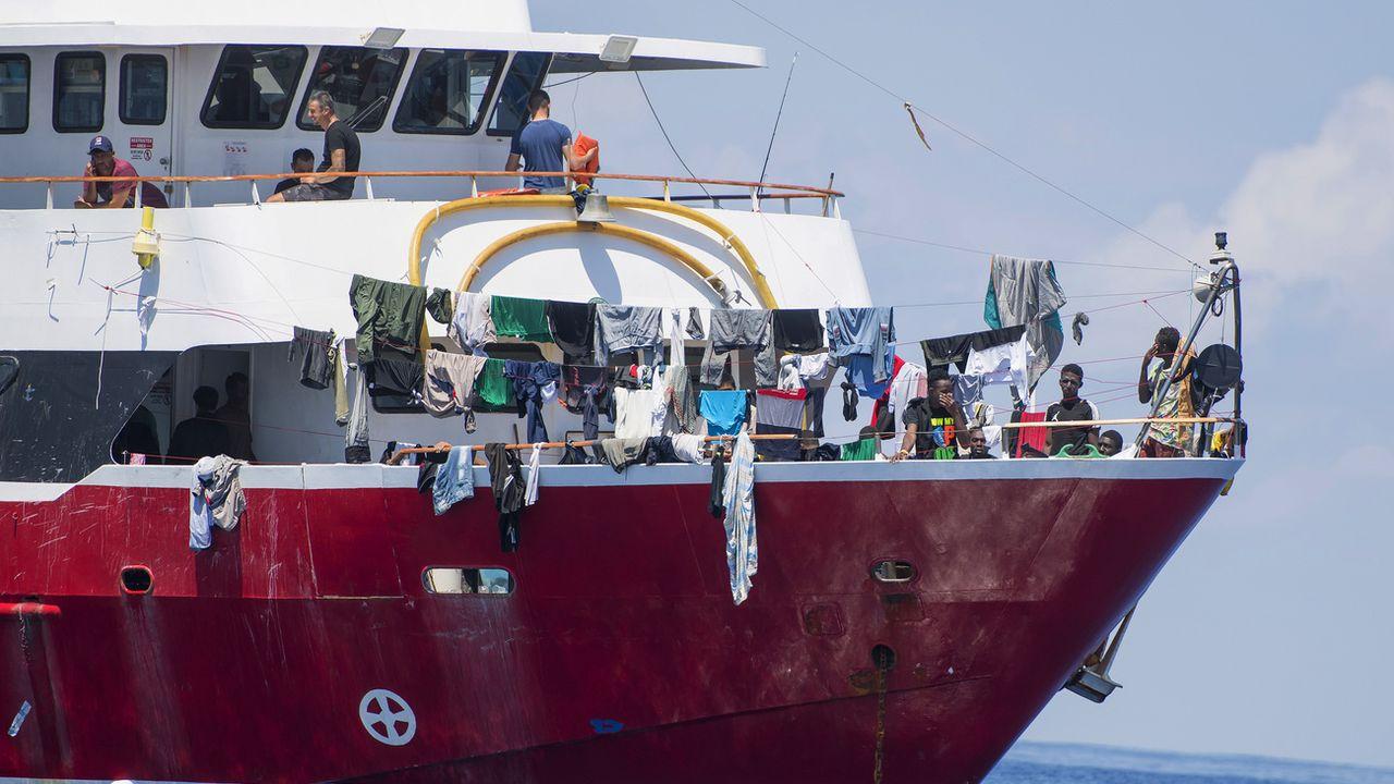 Les migrants étaient bloqués à bord de bateaux de tourisme mobilisés pour l'occasion. [René Rossignaud - AP/Keystone]