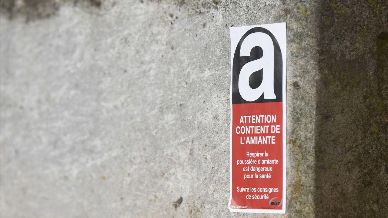 """Le nombre de décès dus à un cancer causé par l'amiante continue d'augmenter en Suisse, même 30 ans après l'interdiction de cette substance considérée jadis comme la """"fibre miracle"""". [Christian Brun - Keystone]"""