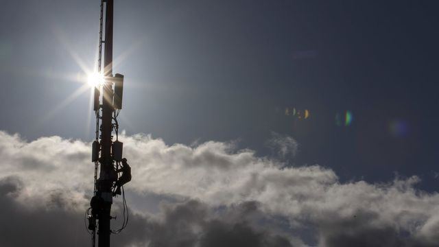 Des techniciens de l'entreprise Axians cablent des antennes 5G de communication pour la telephonie mobile sur un mat ayant aussi des antennes 4G situe au stade de Balexert, ce mercredi 12 fevrier 2020 a Geneve. [Salvatore Di Nolfi - KEYSTONE]