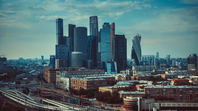 La ville de Moscou, et le centre des affaires modernes. [chaoss - Depositphotos]