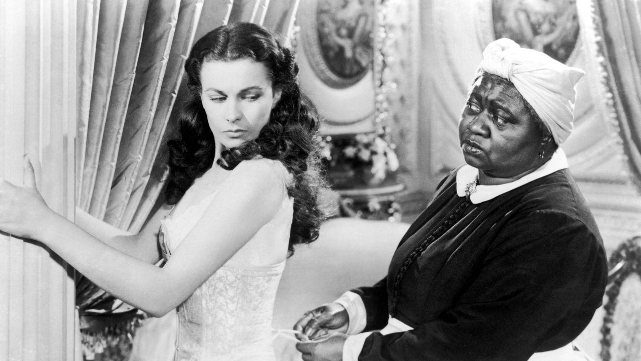 """L'actrice Hattie McDaniel (à droite) est la première interprète afro-américaine à recevoir un Oscar en 1940 comme meilleure actrice dans un second rôle, pour son incarnation de Mammy dans """"Autant en emporte le vent"""". [Film Company/ MGM / Photo12 via AFP]"""