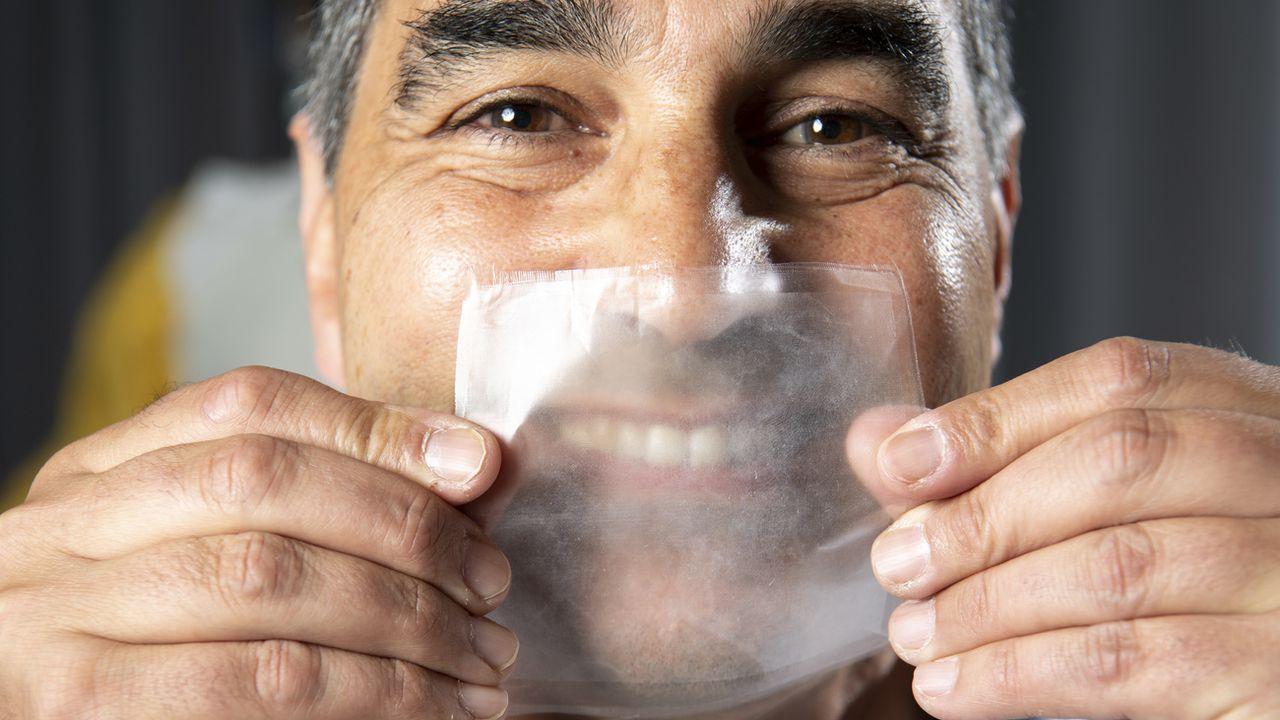Thierry Pelet, chef du projet Hello Mask à l'EPFL avec un échantillon de la matière transparente dont seront faits les masques. [Laurent Gillieron - Keystone]