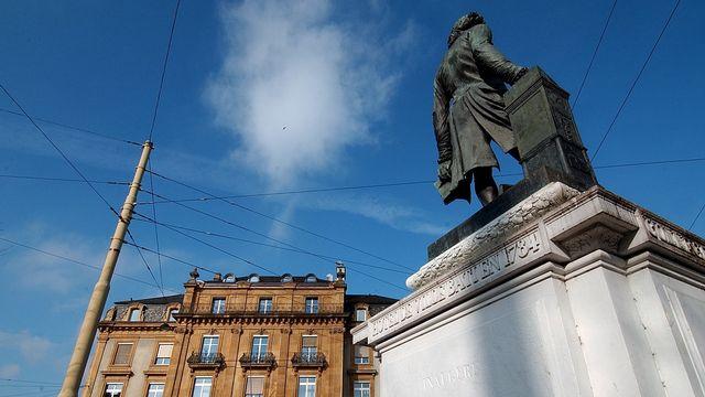 Une pétition demande le déboulonnage de la statue de David De Pury à Neuchâtel. [Sandro Campardo - Keystone]