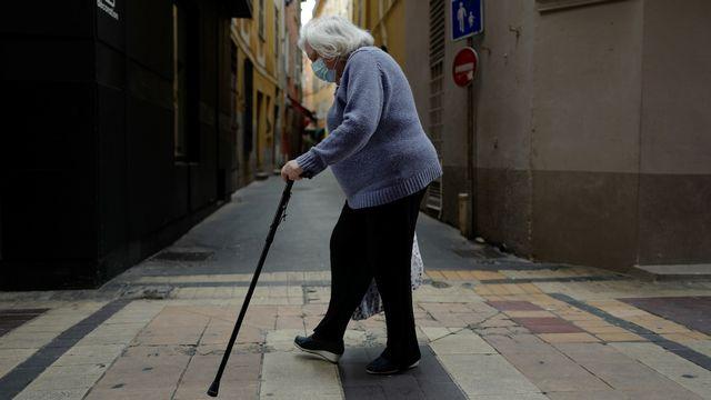 La crise du coronavirus invite à repenser et mieux appréhender le vieillissement de la population et la prise en charge des aîné.e.s. [VALERY HACHE - AFP]