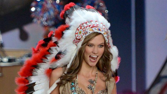 Le mannequin Karlie Kloss défile avec une coiffe amérindienne lors d'une présentation de lingeries Victoria's Secret. La maison a été accusée d'appropriation culturelle suite à cet acte.  [Timothy A. CLARY - AFP]