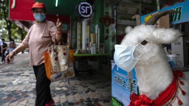 Une femme sort d'un marché à Guangzhou, en Chine, le 4 mai 2020. [Alex Plavevski - Keystone/epa]