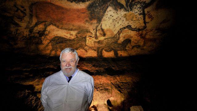 Le paléontologue français Yves Coppens pose devant des peintures dans la grotte de Lascaux, près du village de Montignac (sud-ouest de la France), à l'occasion du 70e anniversaire de sa redécouverte.  [PHILIPPE WOJAZER / POOL - AFP]
