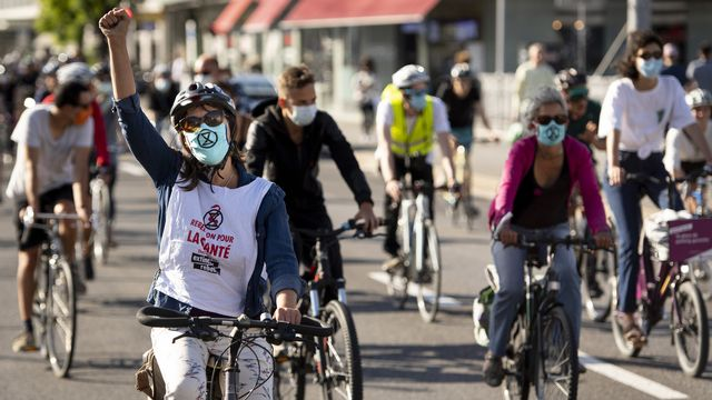 Des cyclistes manifestent sur le Grand-Pont de Lausanne lors d'une mobilisation d'Extinction Rebellion.  [Laurent Gillieron - Keystone]