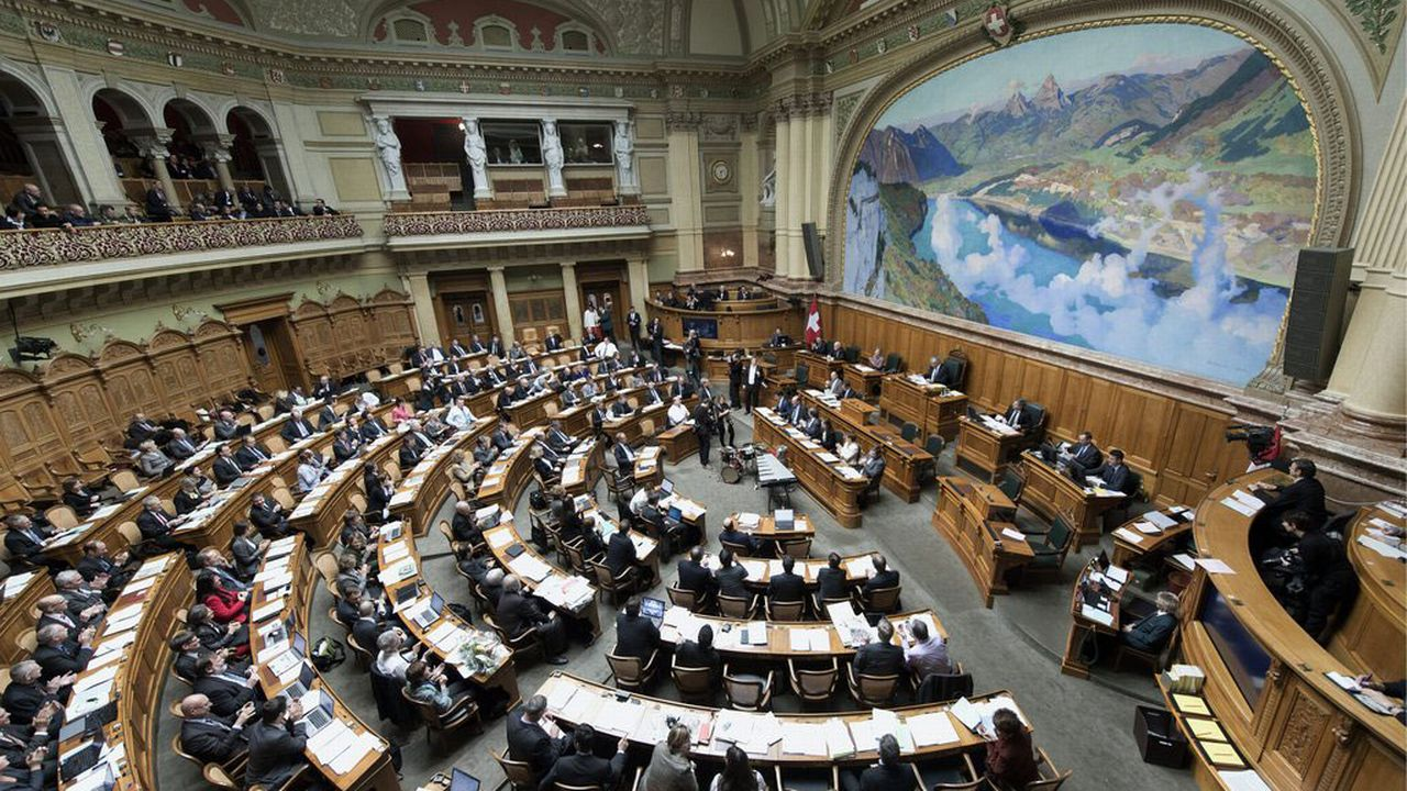 Les nouveaux parlementaires plus nombreux à dévoiler leurs revenus. [Lukas Lehmann - Keystone]