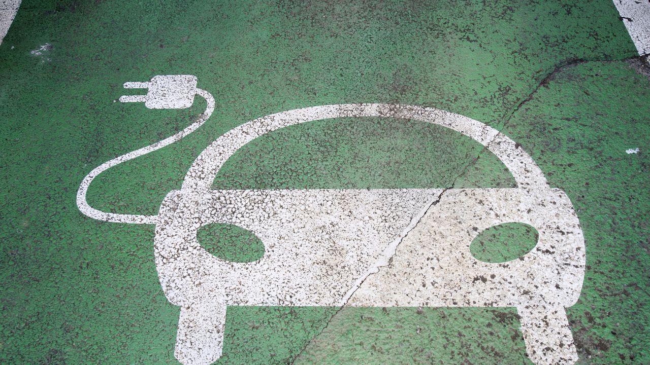 Les voitures électriques dépendent d'un réseau de recharge pour être efficaces. [Martial Trezzini - Keystone]