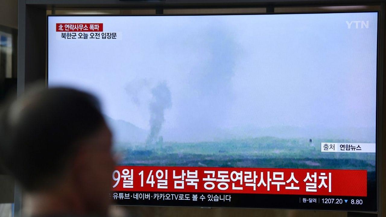 Un panache de fumée s'élève du complexe de Kaesong, en Corée du Nord, où un bureau de liaison intercoréen a été détruit. [Jung Yeon-je - AFP]