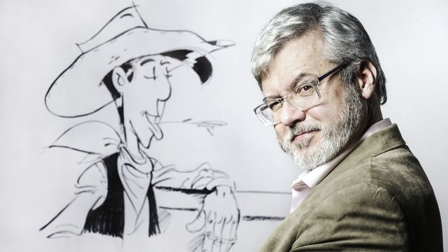 Le dessinateur actuel de Lucky Luke, Hervé Darmenton alias Achdé, posant devant son cowboy [Joel Saget - AFP]