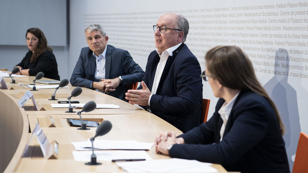 Pierre-Yves Maillard s'exprime lors de la conférence de presse. [Peter Schneider - Keystone]