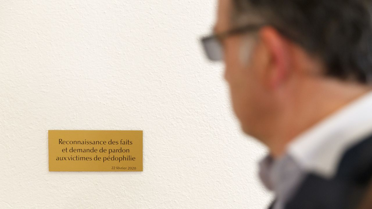 Le nombre de victimes françaises d'abus sexuels dans l'église catholique pourrait dépasser les 3000 depuis 1950 (ici, une plaque apposée dans une chapelle de Monthey-VS) [Cyril Zingaro - Keystone]