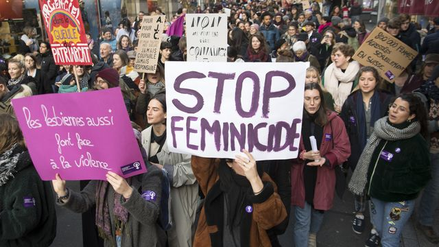Plus de 2000 personnes ont manifesté contre les violences sexistes dans les rues de Lausanne. [Laurent Gillieron - Keystone]