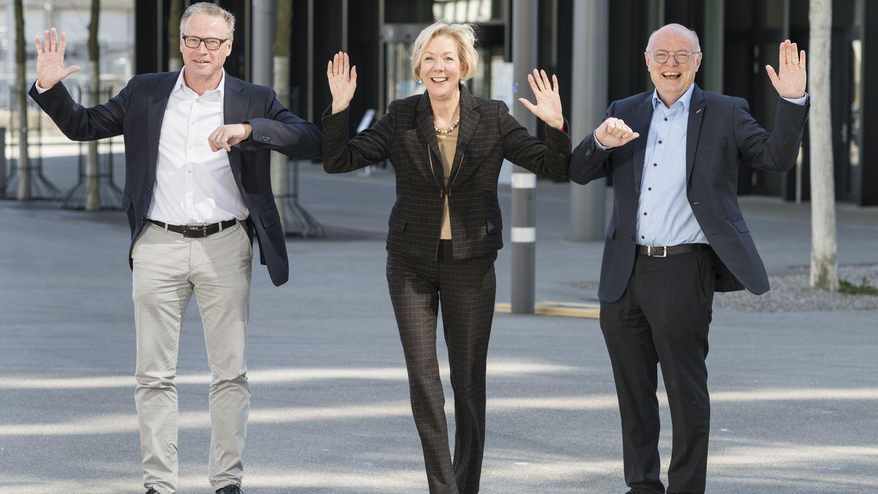 Le PDG sortant des CFF, Andreas Meyer (à gauche), la présidente du conseil d'administration, Monika Ribar (au milieu) et le nouveau PDG Vincent Ducrot (à droite). Le jour de la passation de pouvoir entre les deux PDG, le 1er avril 2020. [Alessandro della Valle - Keystone]