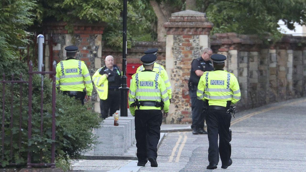 La police arrive au parc Forbury Gardens dans la ville de Reading, à l'ouest de Londres, pour mettre en place un périmètre de sécurité. [Steve Parsons - Keystone]