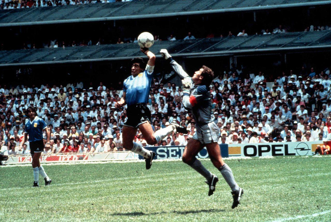 """La fameuse """"main de Dieu"""", une image gravée à jamais dans l'histoire de la Coupe du monde. [STR - Keystone]"""