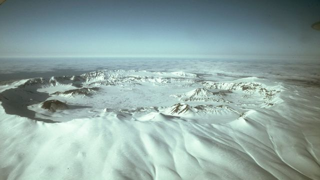 La caldera d'Okmok, de plus de 9 km de diamètre, situé sur les îles Aléoutiennes, au large de l'Alaska. [J. Reeder - Wikimedia Commons]