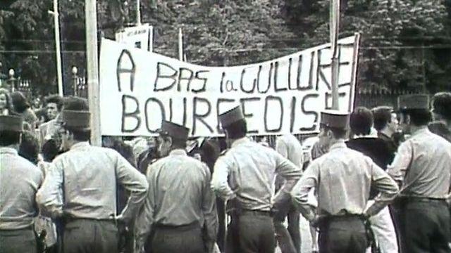 En 1971, à Genève, des jeunes manifestent devant le Grand Théâtre, symbole de la culture bourgeoise. [RTS]