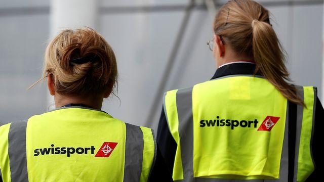 Des employés de Swissport photographiés sur le tarmac de l'aéroport John Lennon de Liverpool, le 19 mai 2016. [Phil Noble - Reuters]
