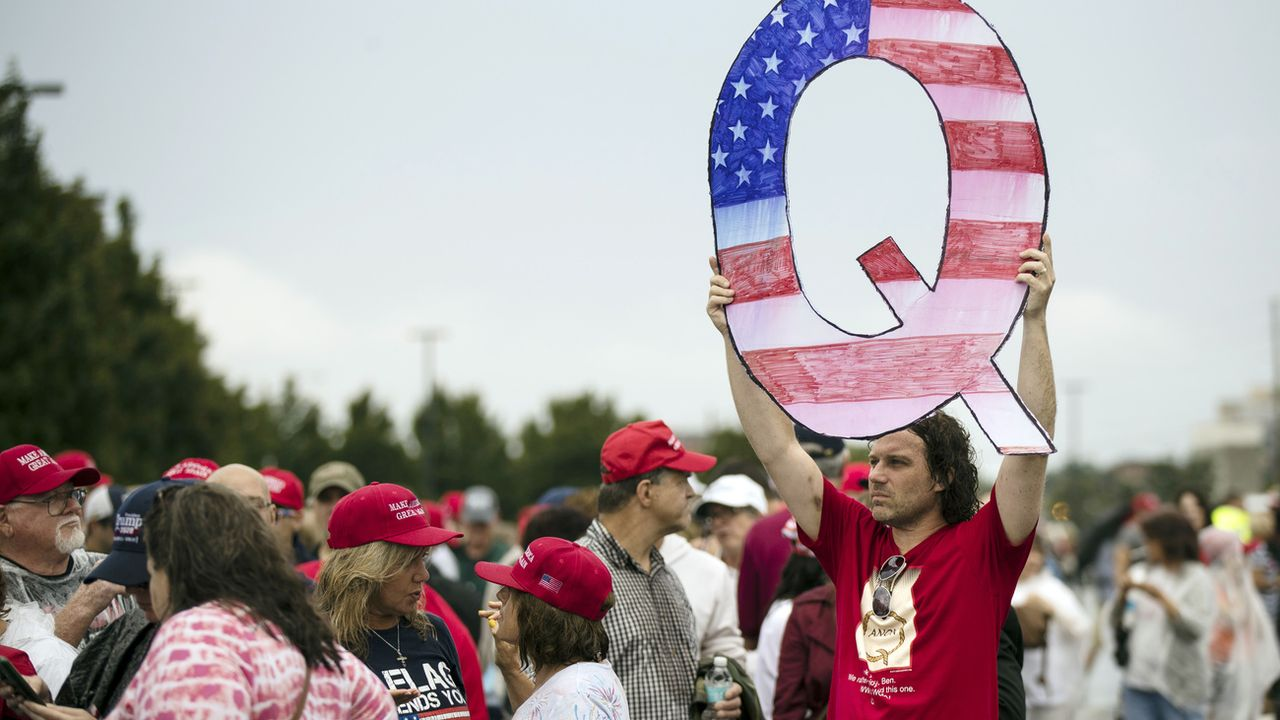 Un Q pour Qanon pendant un meeting de Donald Trump, le 2 août 2018. [AP Photo/Matt Rourke - Keystone]