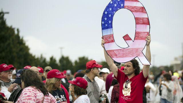 Un Q pour Qanon pendant un meeting de Donald Trump, le 2 août 2018. [AP Photo/Matt Rourke - Keystone]