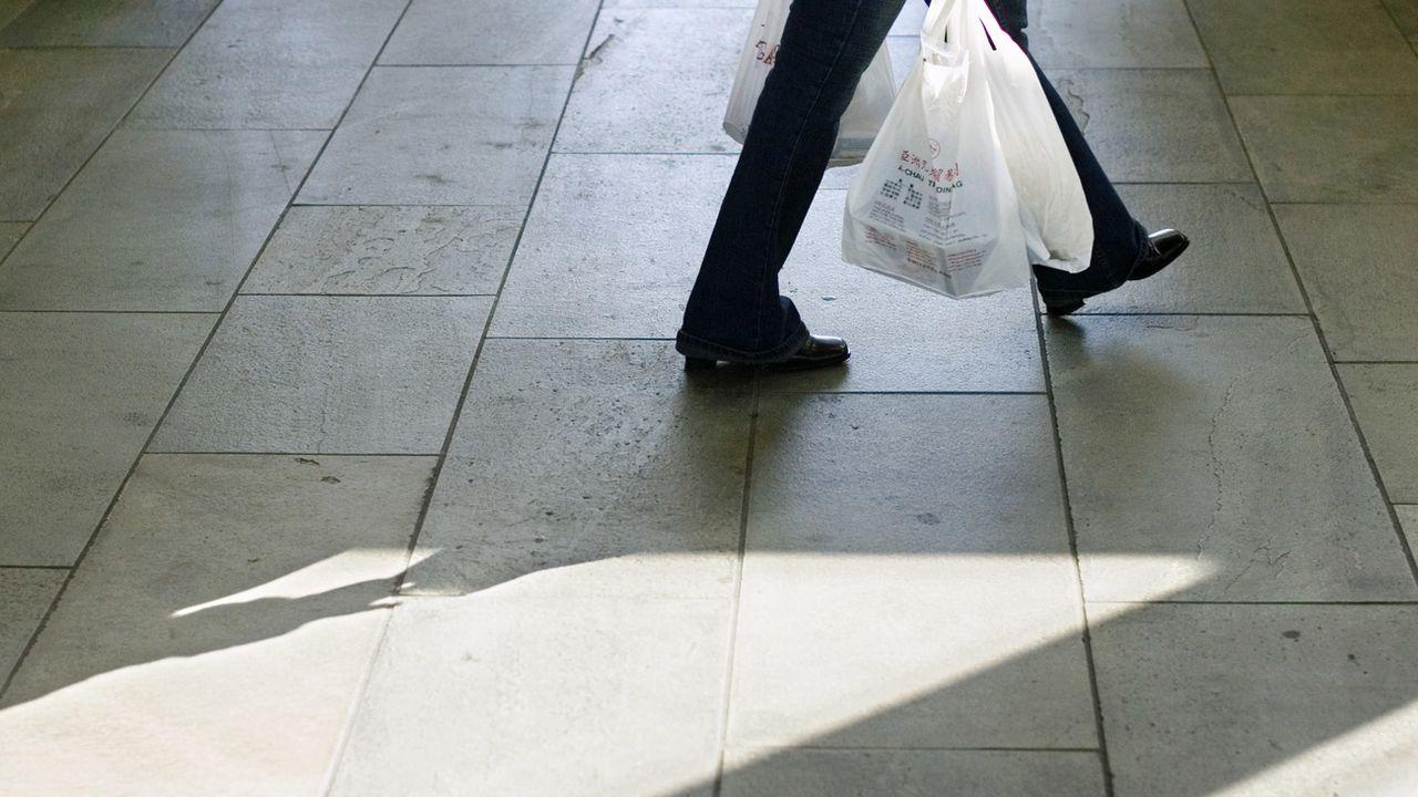 Genève fait œuvre de pionnier en interdisant au 1er janvier les sacs en plastique gratuits [Gaetan Bally - KEYSTONE]