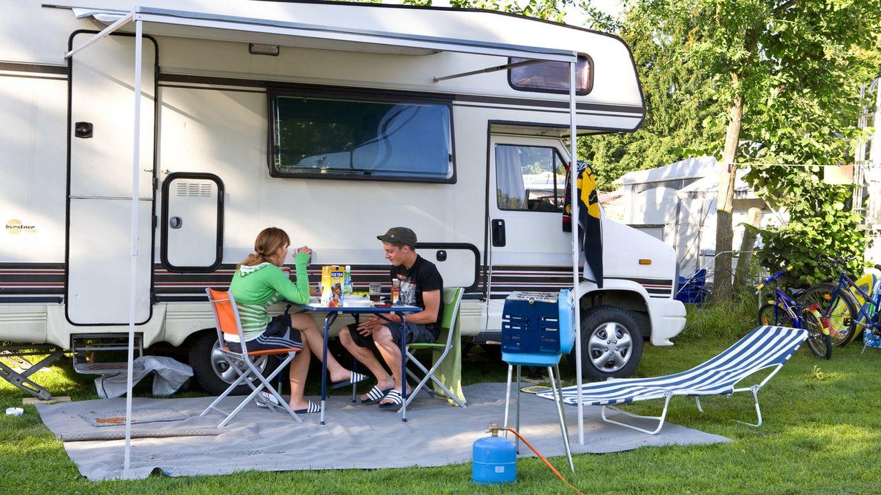 Le canton du Jura aménage de nouvelles places d'accueil pour les camping-cars et propose de nombreux avantages à leurs utilisateurs.  [Martin Ruetschi - Keystone]