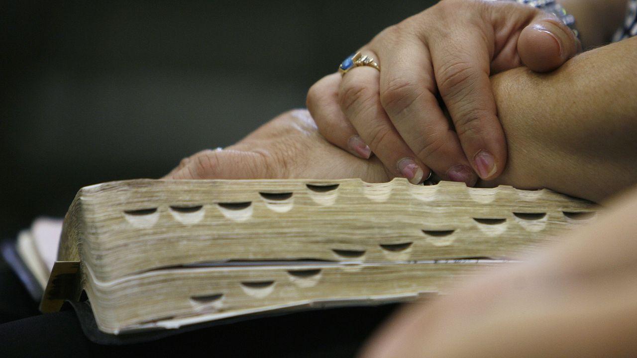Un fidèle tient une Bible ouverte. [AP Photo/Nam Y. Huh - Keystone]