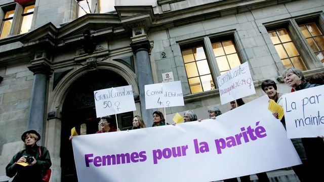 Manifestation de femmes devant l'Hôtel de ville à Genève, en novembre 2008. [Magali Girardin - Keystone]