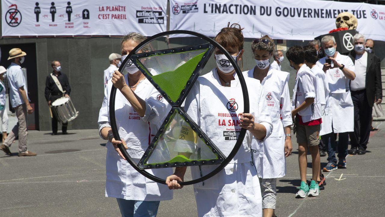 """Les """"Docteurs pour Extinction Rebellion"""" ont manifesté samedi à Lausanne. [Salvatore Di Nolfi - Keystone]"""