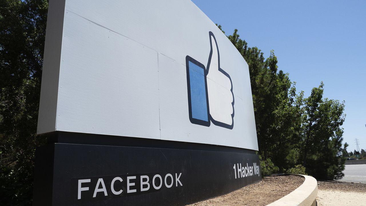 Facebook va donner la priorité aux informations sourcées. [JOHN G. MABANGLO - EPA]