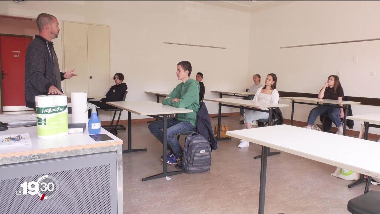 Avec le Covid, de nombreuses questions se posent sur la rentrée scolaire. [RTS]