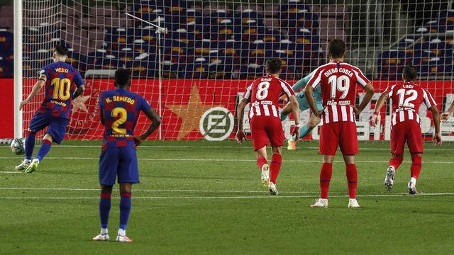 """Lionel Messi: une """"Panenka"""" pour marquer le coup. [Joan Monfort - EPA]"""