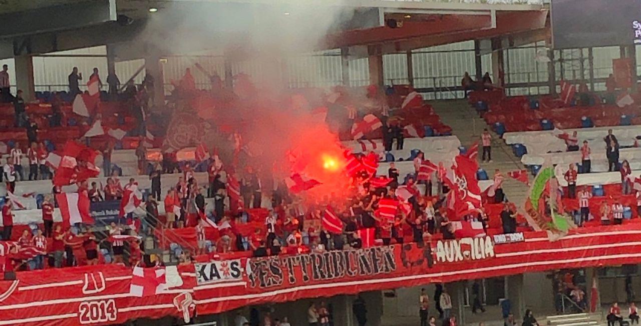 Les supporters d'Aalborg n'ont pas respecté les mesures de distanciation. [Twitter-Klaus Egelund]