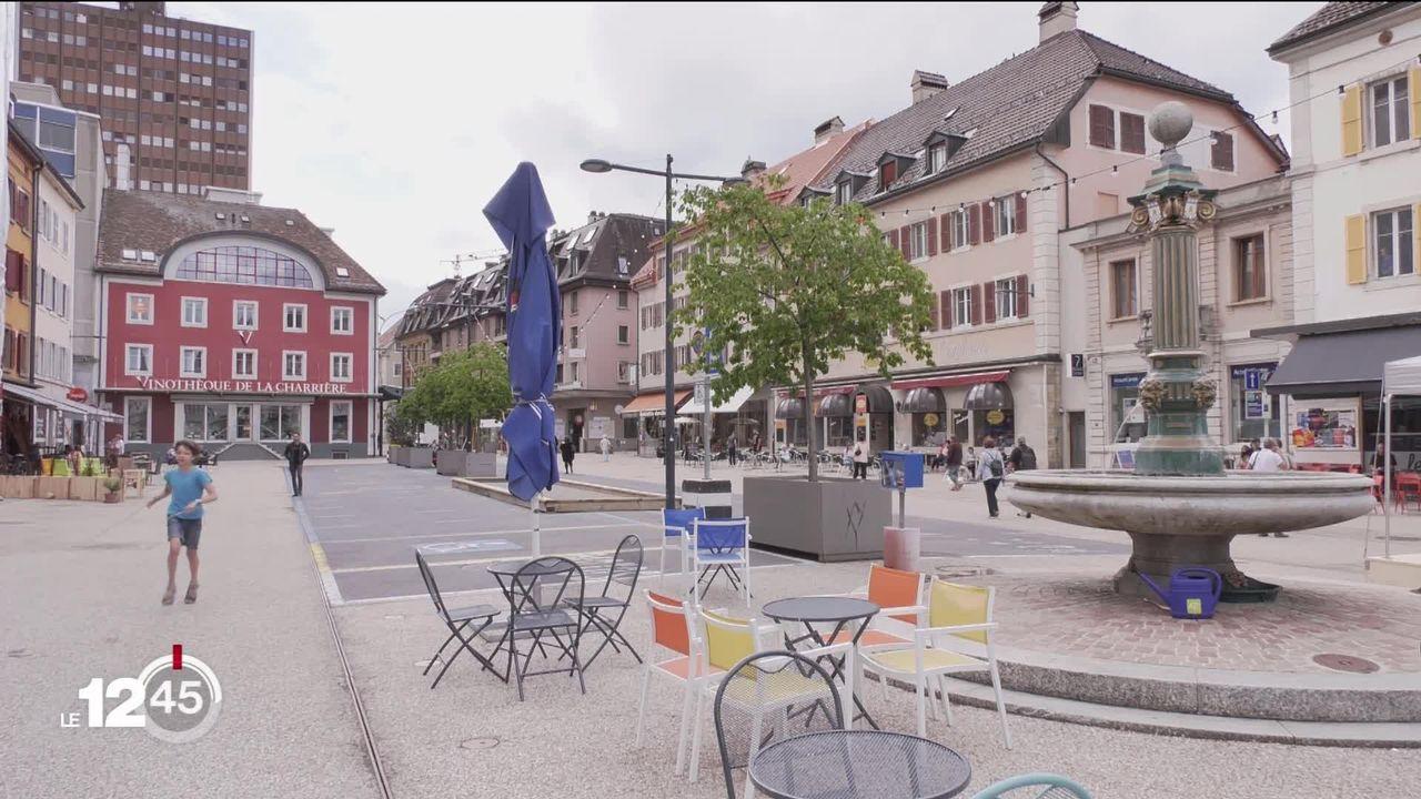 Les villes  donnent plus de place aux cyclistes et aux piétons, exemple à la Chaux-de-Fonds et sa place du marché [RTS]