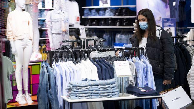 Une femme portant un masque hygiénique dans une magasin, le 11 mai 2020 à Lausanne. [Keystone]