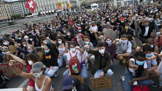 Quelque 2000 personnes ont manifesté contre le racisme à Genève. [Salvatore Di Nolfi - KEYSTONE]