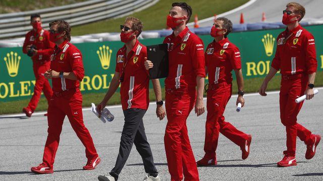 Port du masque obligatoire pour Sebastian Vettel (au centre) et l'équipe Ferrari lors de la reconnaissance du circuit. [Darko Bandic - Keystone]